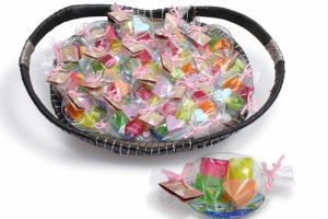 Detalle de Jaboncitos en plato de cristal decorado